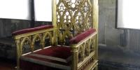 Staré židle panovníků trůn
